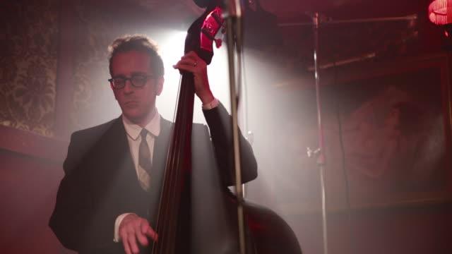 stand up bass player in nightclub. - jazz stock-videos und b-roll-filmmaterial