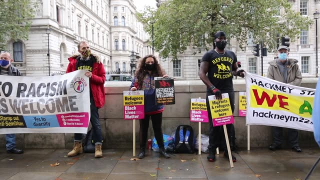 vídeos de stock e filmes b-roll de stand up to racism organisation members protest againstproposed by the government offshore detention centres for asylum seekers in front of downing... - organismo aquático
