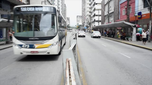 vídeos de stock, filmes e b-roll de standing on the divider and facing the coming traffic close call on the bus - a caminho