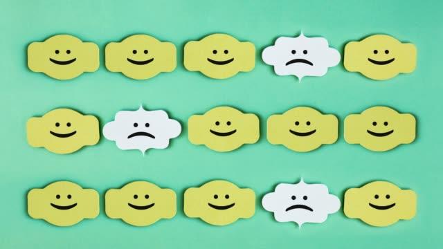 笑顔の六角形で群衆から立ち上がる - 物の集まり点の映像素材/bロール