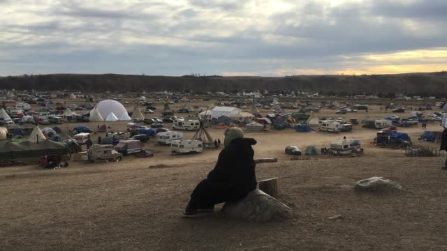 vidéos et rushes de standing rock life broll of camp visit from robert kennedy from waterkeepers alliance and michael brune from sierra club - dakota du nord
