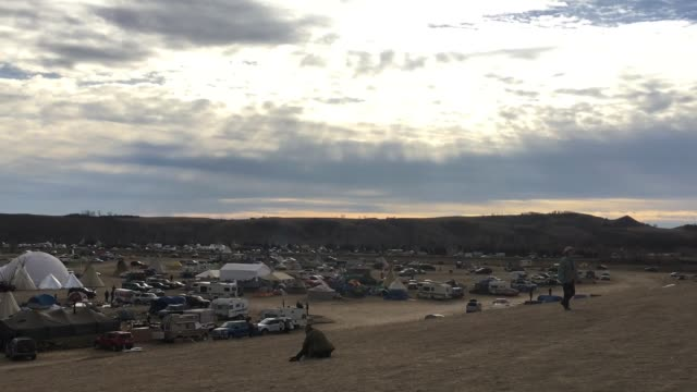 standing rock life b-roll of camp. visit from robert kennedy from waterkeepers alliance and michael brune from sierra club - インディアン居留地点の映像素材/bロール