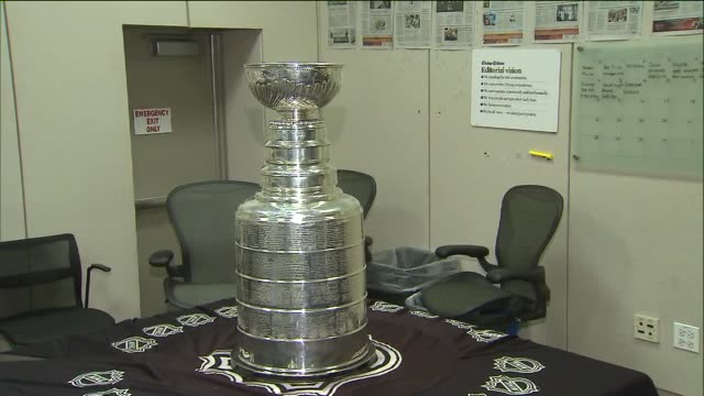 wgn stanley cup arrives at tribune tower on july 09 2013 in chicago illinois - tribune tower stock-videos und b-roll-filmmaterial