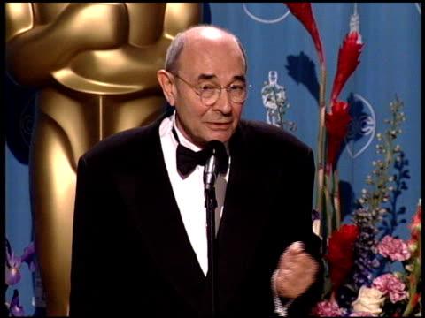 vídeos de stock e filmes b-roll de stanley donen at the 1998 academy awards at the shrine auditorium in los angeles california on march 23 1998 - 70.ª edição da cerimónia dos óscares
