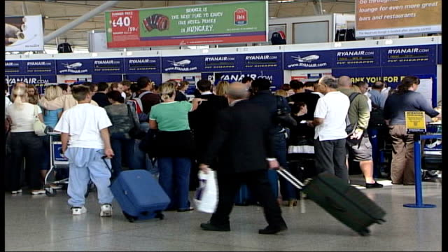 campaigners protest / councillors throw out plans r18080602 int passengers with luggage queuing at ryanair checkin desks inside airport terminal - ライアンエアー点の映像素材/bロール