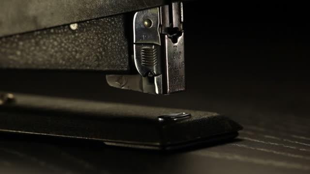 ホチキスクローズアップ - ホッチキス点の映像素材/bロール