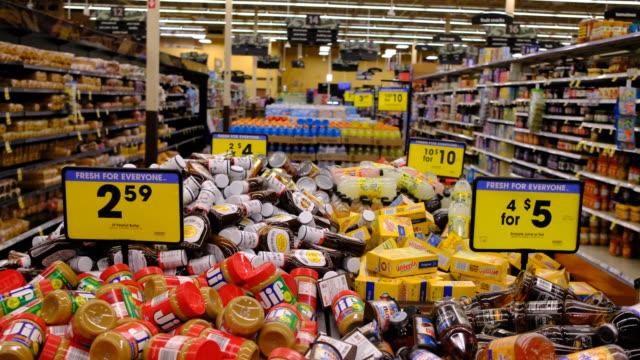 vídeos de stock e filmes b-roll de staples, including peanut butter, for sale at a kroger supermarket during the 2020 coronavirus pandemic - alimento básico