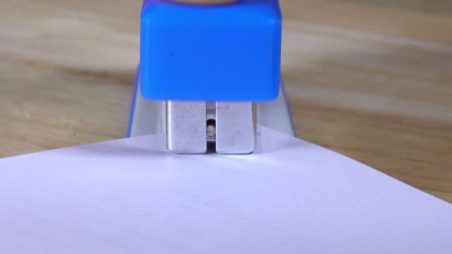 stapling 紙 - ホッチキス点の映像素材/bロール