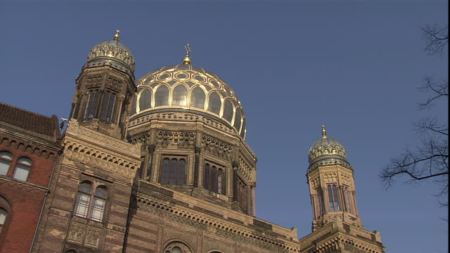a star of david tops the dome of the neue synagogue in berlin. - 宗教上のシンボル点の映像素材/bロール