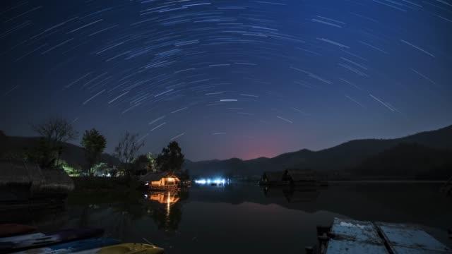 山の中のスタートレイル - 星型点の映像素材/bロール