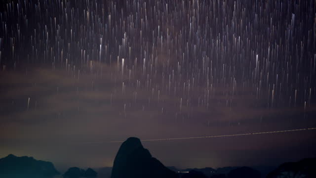 サメット nang 彼女、パンガー湾、タイでの夜の空のスター トレイル。タイムラプス ビデオ - 隕石点の映像素材/bロール