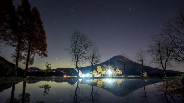 スター トレイル タイムラプス: 麓パラ キャンプ富士山日の出 - 流星点の映像素材/bロール