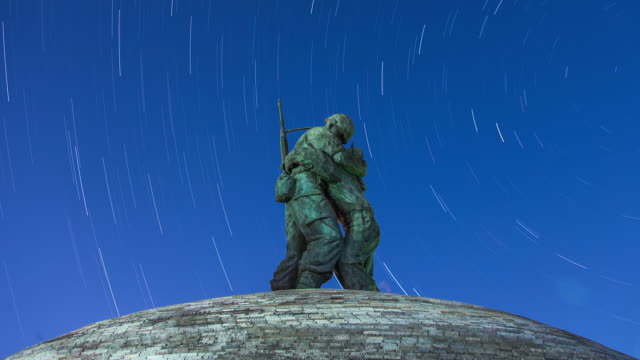 star trails with statue of brothers in war memorial of korea - 戦争記念碑点の映像素材/bロール