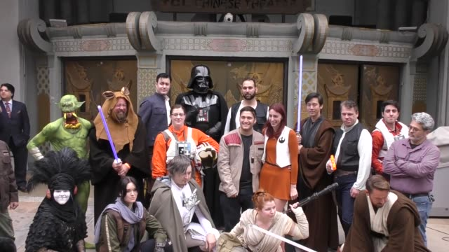 vídeos de stock, filmes e b-roll de star wars cos-players at the star wars rogue one costume contest at tcl chinese theatre in hollywood in celebrity sightings in los angeles, - série de filmes star wars