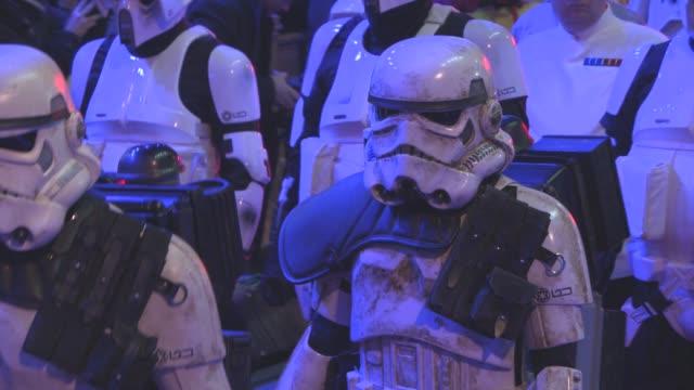 vídeos de stock, filmes e b-roll de star wars episode vii: the force awakens' european premiere on december 16, 2015 in london, england. - série de filmes star wars