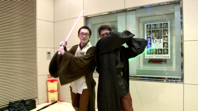 star wars fans crowd a movie theater in tokyo's yurakucho entertainment district on dec 18 the opening day for star wars the force awakens nationwide... - 映画プレミア点の映像素材/bロール