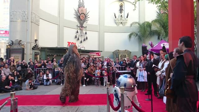vidéos et rushes de 'star wars' fans marry in line for 'star wars the force awakens' australians andrew and caroline marry outside the tcl chinese theater in hollywood... - star wars titre d'œuvre