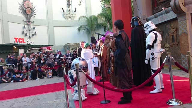 vídeos de stock, filmes e b-roll de 'star wars' fans marry in line for 'star wars: the force awakens:' australians andrew and caroline marry outside the tcl chinese theater in... - série de filmes star wars