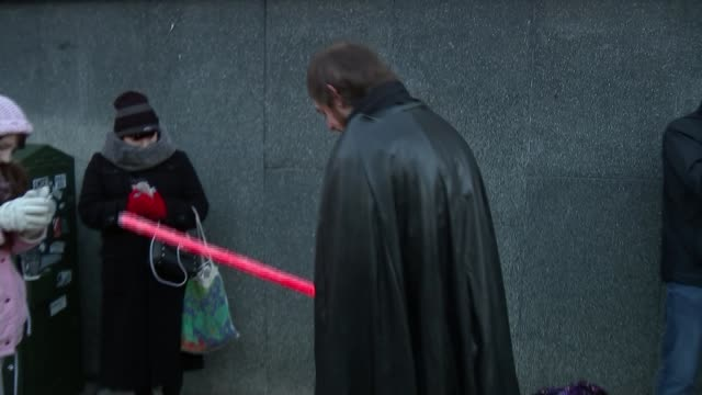 vídeos de stock, filmes e b-roll de star wars 'the last jedi' premiere england london kensington ext people in queue getting wristband for tickets to 'star wars the last jedi' premiere... - série de filmes star wars