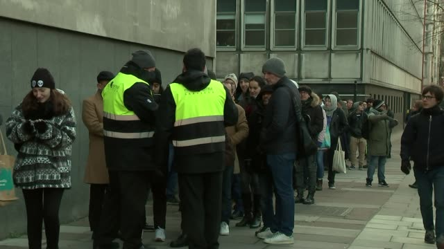 stockvideo's en b-roll-footage met star wars 'the last jedi' premiere london ext various of stars wars fans queueing in cold to see first screening of new star wars film 'star wars the... - first line of defense filmtitel