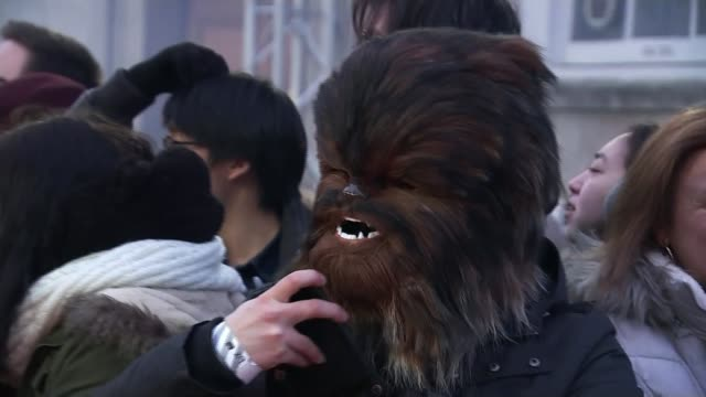 vidéos et rushes de star wars 'the last jedi' premiere royal albert hall 'star wars the last jedi' london premiere various of star wars fans looking on and posing in... - star wars titre d'œuvre