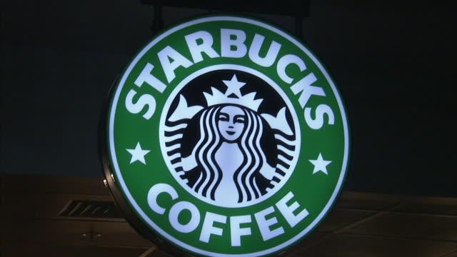 vídeos de stock, filmes e b-roll de starbucks coffee logo sign starbucks corporation coffeehouse chain seattle washington espresso coffee shop trend culture - starbucks