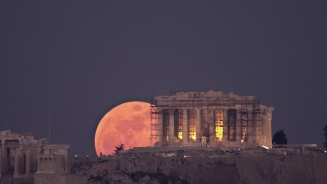 stargazers in athens had the chance to witness a rare 'super blue blood moon' rising behind the parthenon temple on the acropolis of athens tonight... - griechenland stock-videos und b-roll-filmmaterial