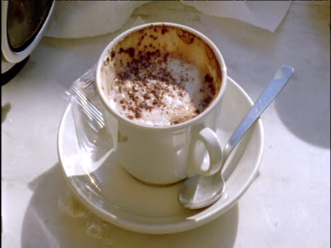 vídeos de stock e filmes b-roll de starling dropping falls into cappuccino rome - desembarcar