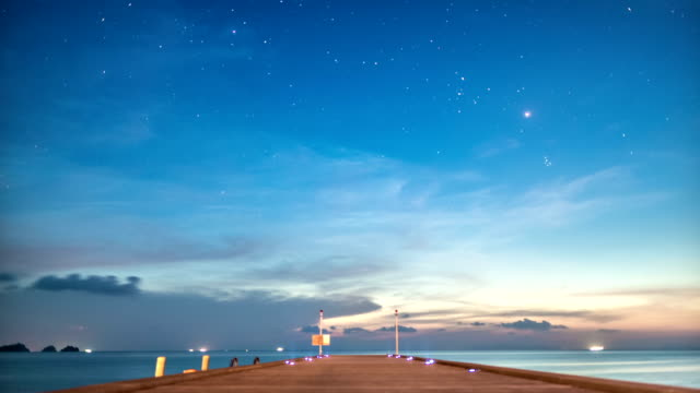 stockvideo's en b-roll-footage met starry night at the pier day to night time lapse - dag