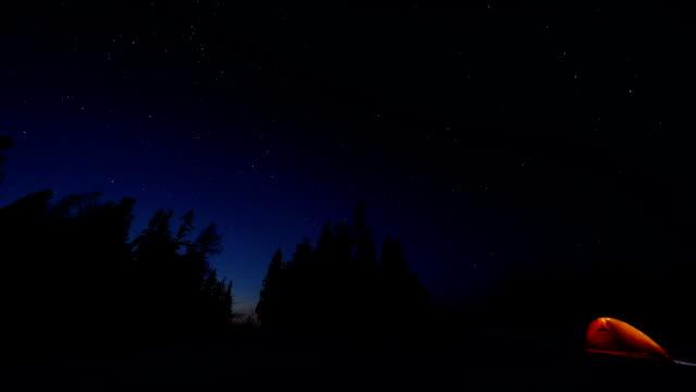 星空の夜の冬 - テント点の映像素材/bロール