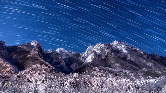 vídeos de stock, filmes e b-roll de starry night sky over mt.seoraksan national park, south korea - ponto de referência natural