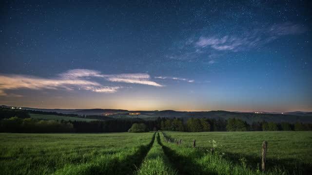 sternenhimmel über ländlicher landschaft - zeitraffer - hill stock-videos und b-roll-filmmaterial