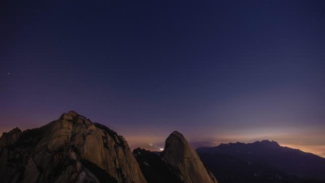 starry night view of baegundae peak and insubong peak in bukhan mountain(national park), seoul - felsblock stock-videos und b-roll-filmmaterial