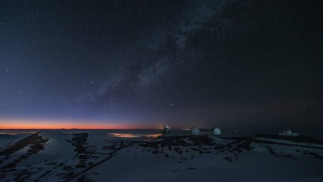 vidéos et rushes de starry night view of the observatory in snow-covered mauna kea mountain and milky way in hawaii, united states - ciel étoilé