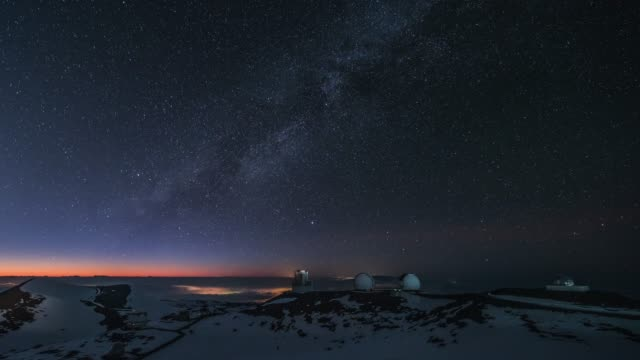 vídeos y material grabado en eventos de stock de starry night view of the observatory in snow-covered mauna kea mountain and milky way in hawaii, united states - cielo melancólico