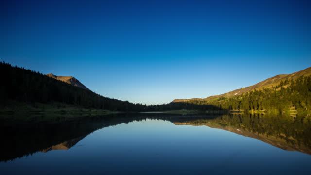 vídeos y material grabado en eventos de stock de cielos estrellados y amanecer en highland lakes, california - time lapse - california del norte