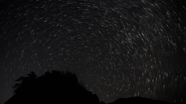 starry sky meteor shower 4k dci - esposizione lunga video stock e b–roll