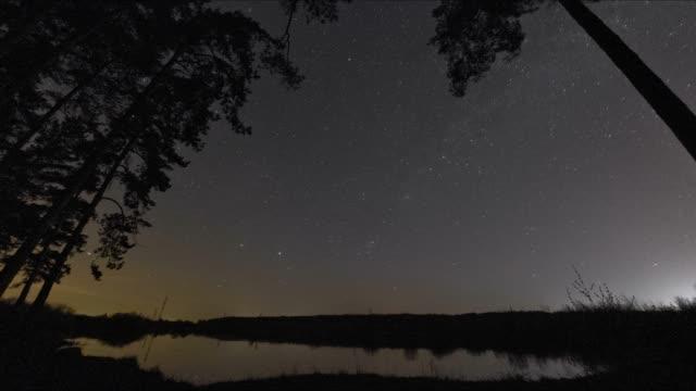 vídeos de stock, filmes e b-roll de céu estrelado, a via láctea e a dawn - espaço e astronomia