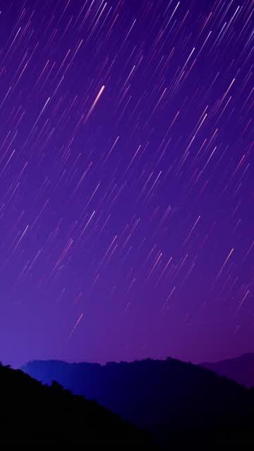 sternenhimmel romantische meteorschauer vertica 4k - astronomie stock-videos und b-roll-filmmaterial