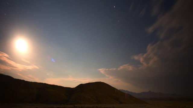 vídeos de stock, filmes e b-roll de estrelas e o amanhecer acima do deserto de mojave - time lapse da noite para o dia