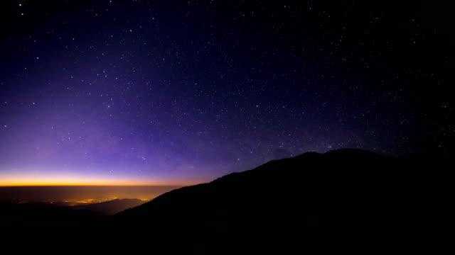 vídeos de stock, filmes e b-roll de estrelas e o céu noturno - time lapse da noite para o dia