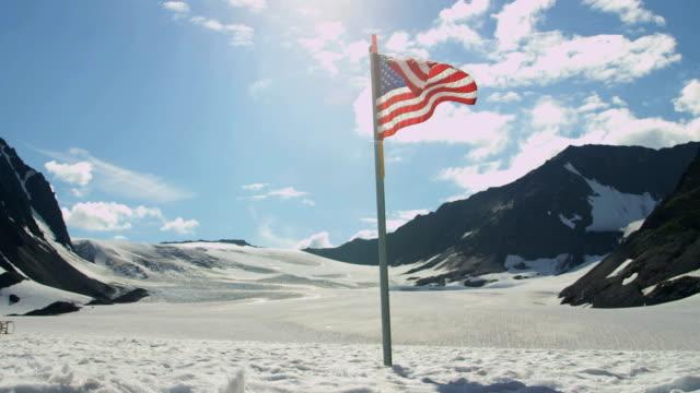 vidéos et rushes de stars and stripes flag arctic circle wilderness usa - drapeau américain
