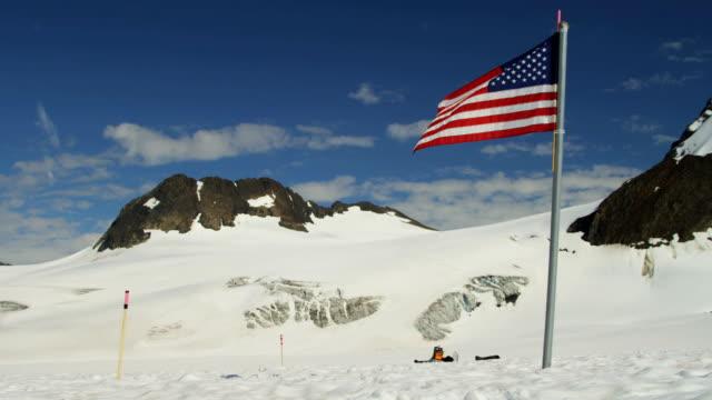vidéos et rushes de stars and stripes flag arctic circle wilderness usa - arctique