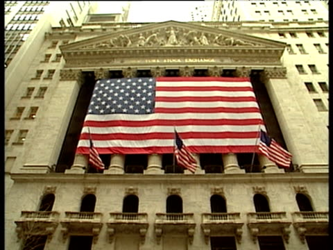 vídeos de stock e filmes b-roll de stars and stripes flags outside new york stock exchange tilt down to street - frontão triangular