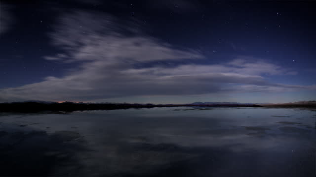 ws t/l   stars at night reflecting  in water of lake /  salton sea,  california, usa - なだらかな起伏のある地形点の映像素材/bロール
