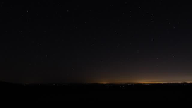 vídeos de stock, filmes e b-roll de stars at night with sunrise - time lapse da noite para o dia