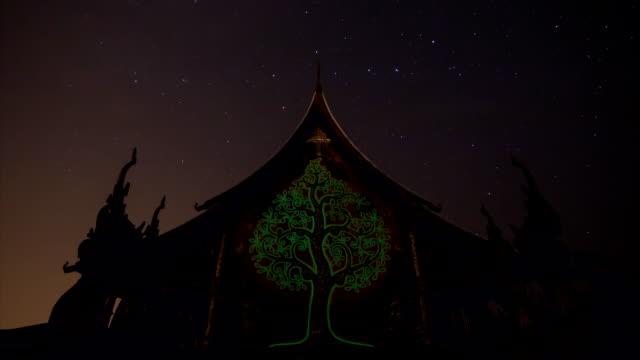 Stars in Bewegung in der Nacht in der Schläfe.