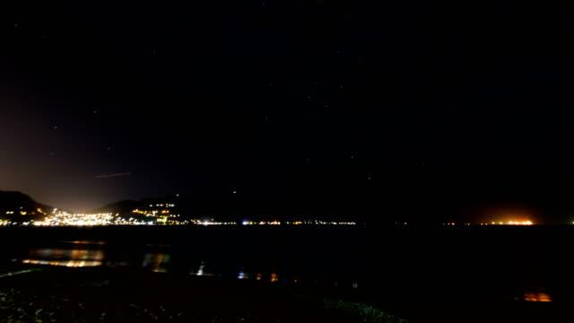 星が移動して静かな海 - 光跡点の映像素材/bロール