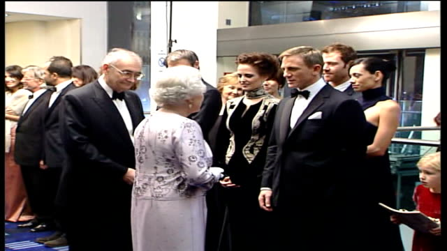 vídeos de stock, filmes e b-roll de stars of 'casino royale' meet the queen at royal film performance; royal line-up including queen elizabeth ii meeting nikkelsen, green and craig,... - série de filmes do james bond