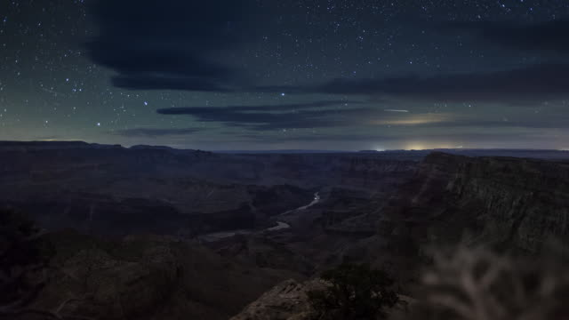 vídeos de stock e filmes b-roll de t/l, ds stars over grand canyon and colorado river with moon strike / grand canyon, arizona - grand canyon national park